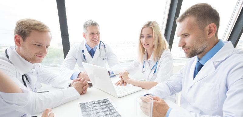 médecins discutant des types de diabète