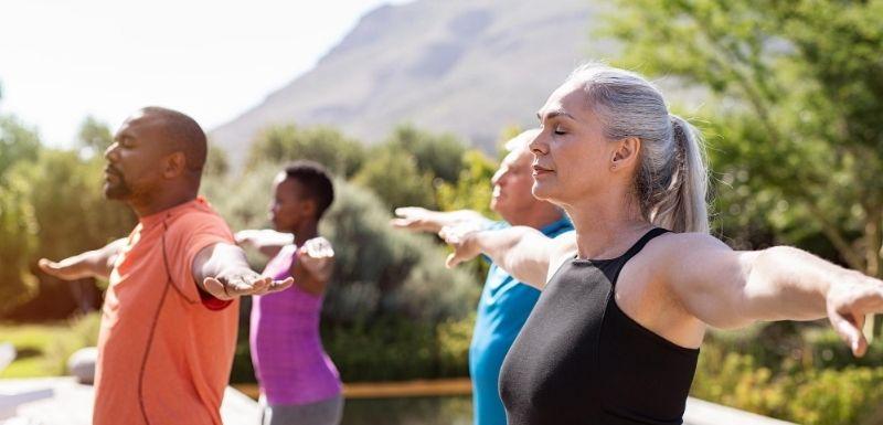 Groupe de personnes faisant l'exercice de respiration type yoga