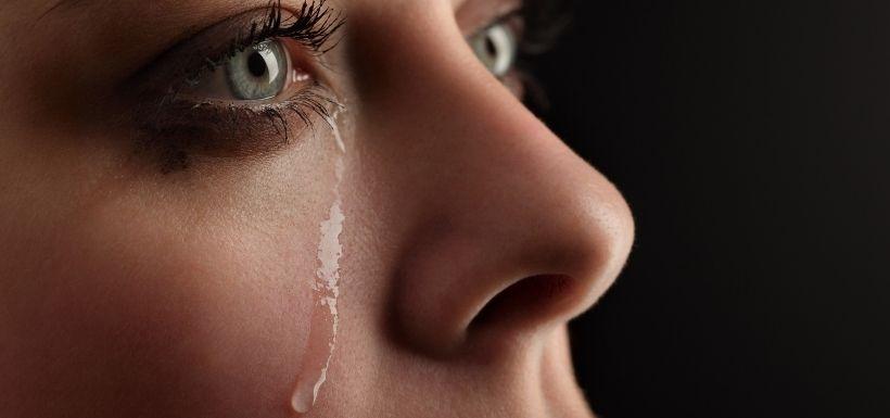 larmes qui coulent sur le visage d'une femme